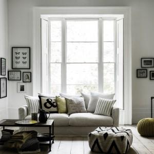 Choć w pomieszczeniu nie brakuje czarnych detali, całość jest jasna i przestronna. Fot. Marks&Spencer.
