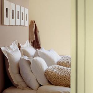 Jasne beże i brązy w połączeniu z kremowymi odcieniami pomogą stworzyć spokojną, przytulną sypialnię. Fot.Dulux.