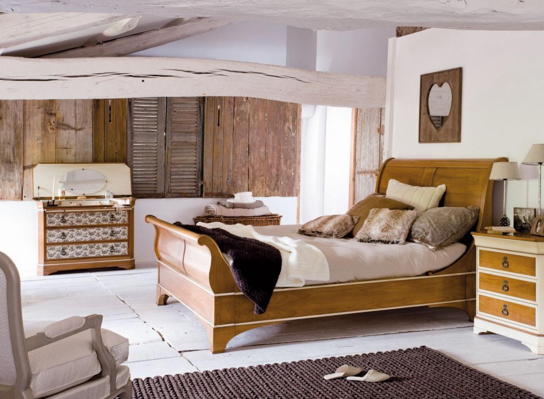 Beże i brązy świetnie prezentują się jako tło dla drewnianych,wytwornych mebli i dodatków. Na zdjęciu łóżko Louis-Philippe Victoria (prod.Grange) . Fot. Grange.