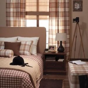 Kolekcja tkanin Bristol to kraciaste tkaniny, które będą dobrym uzupełnieniem beżowo - brązowej sypialni. Fot. Dekoria.