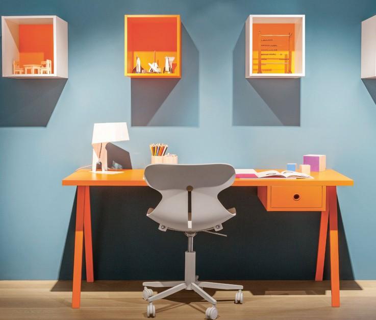 Biurko dla dziecka nie musi być w kolorze drewna. Dzięki intensywnej barwie drewna odrabianie lekcji będzie choć trochę przyjemniejsze. Fot. Nidi.
