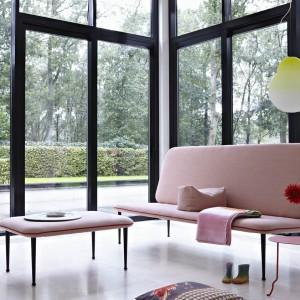 """Sofa """"The Rits"""" to nietypowa, bardzo lekka forma mebli wypoczynkowych. Wysokie,lekkie nogi w połączeniu z cienkim siedziskiem i oparciem tworzą wyjątkowy mebel.Proj. Bertjan Pot. Fot. Gelderland."""