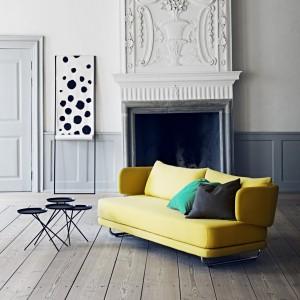Rozkładana Sofa Jasper o nietypowym oparciu dostępna w wielu kolorach. Fot. Soft Line.