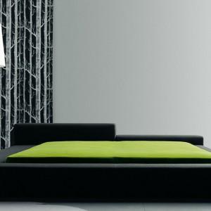 Łóżko Extra Wall to projekt z 2004 roku. Uwagę zwraca nietypowy zagłówek o różnych wysokościach.  Fot. Living Divani.