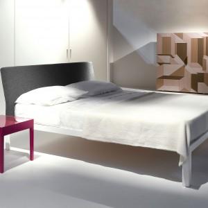 Łóżko D.Blue charakteryzuje lekko pochylony zagłówek,który może być tapicerowany tkaniną, skórą lub eko-skórą. Rama łóżka została wykonana z aluminium. Fot. Porro.