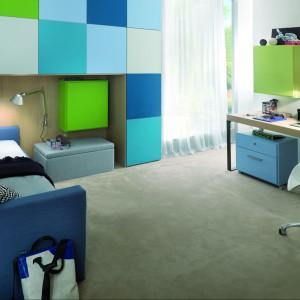 Zainstalowanie szafek na ścianie pozwala zaoszczędzić przestrzeń na podłodze. Fot. Dearkids.