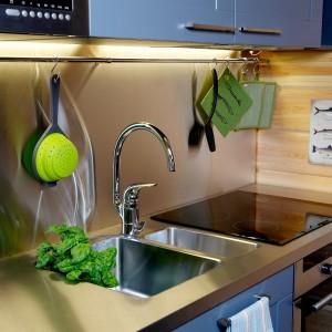 Jednouchwytowa bateria kuchenna Oras Vienda z wysoką, obrotową wylewką (36,5 cm). Posiada opływowy uchwyt, który pomaga łatwo utrzymać kran w czystości. Możliwość ustawienia max. temperatury i strumienia wody na ceramicznej głowicy sterującej. Wykończenie: chrom lub satyna. 1.180 zł (w wersji chrom), 1.550 zł (w wersji satyna), Oras.