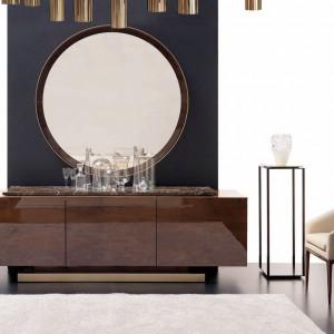 Lustro w złotej oprawie podkreśla wyrafinowany styl salonu. Fot. Mobil Frenso.