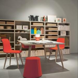 W minimalistycznym wnętrzu nie może zabraknąć kolorowych akcentów. Fot. Battistella.