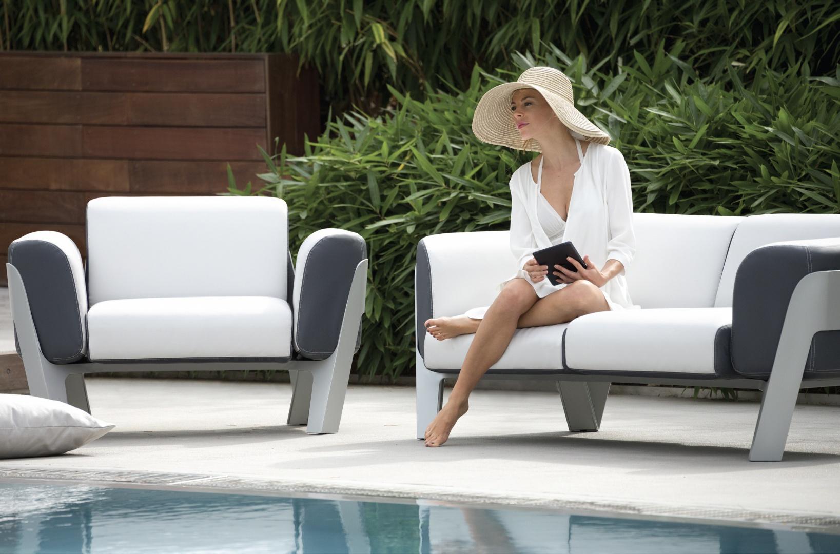 Mała i średnia sofa w klasycznym czarno-białym zestawieniu z kolekcji Bienvenue marki Ego Paris. Fot. Ego Paris.