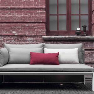 Sofa Jian marki Gandiablasco na lekkich, aluminiowych nóżkach dostępna w różnych wybarwieniach tkaniny. Fot. Gandiablasco