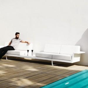 Minimalistyczne, białe sofy z kolekcji Flat marki Vondom. Fot. Vondom.