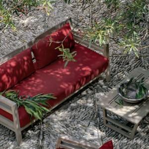 Sofa z kolekcji Costes marki Ethimo, której ramę wykonano z drewna teakowego. Fot. Ethimo.