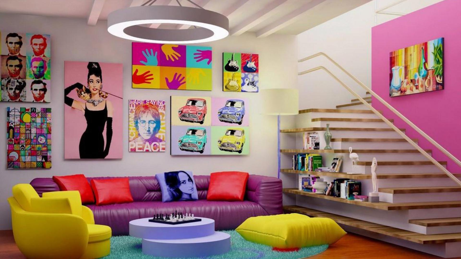Fioletowa sofa, żółte siedziska i turkusowy dywan, w połączeniu z masą kolorowych obrazków, są w stanie stworzyć aranżację w kolorach tęczy. Fot. Lecconotizione.com.