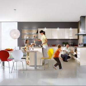 Kuchnia z kolekcji Primo to propozycja firmy Nobilia. Zaplanowano ją tak, aby spełniała potrzeby zarówno małej, jak i dużej rodziny. Układ mebli w kształcie litery U jest funkcjonalny i wygodny. Liczne szafki i szuflady zapewniają sporą powierzchnię przechowywania. Atutem jest także wydzielone miejsce na jadalnię z dużym stołem. Fronty w kolorze magnolia w wysokim połysku.