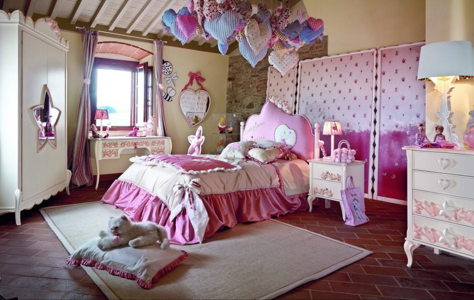 Wykorzystując barokowe meble uzupełnione o atłasowe dodatki można stworzyć prawdziwy pokój dla małej księżniczki. Fot. Volpi.