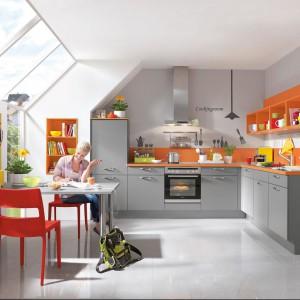 To, że mamy małą kuchnię nie oznacza, że musi być ona nudna i bez wyrazu. Ciekawe aranżacje umożliwiają zestawy mebli z kolorowymi elementami. Fot. Nobilia.
