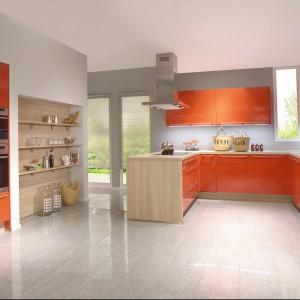 Pomarańczowe fronty mebli w połysku zestawione zostały z drewnem i kolorem szarym. Wnętrze jest energetyczne i eleganckie. Fot. Nobilia.