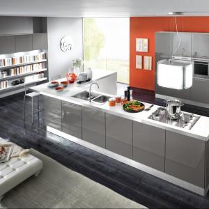 Pomarańczowa ściana doskonale ożywia szarą kolorystykę. Idealnie pasuje do frontów w połysku. Fot. Home Cucine.