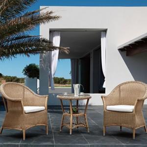 Stolik i fotel ogrodowy z kolekcji Balconia marki Miloo w kolorze szaro-miodowym. Fot. Miloo.