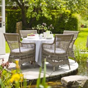 Krzesła Amanda z kolekcji Georgia Garden marki Sika Design w klasycznej wersji kolorystycznej dostępne z białymi lub szarymi poduchami. Fot. Sika Design.