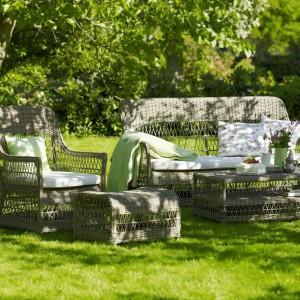 Sofa Endurance i fotel Dawn z kolekcji Georgia Garden marki Sika Design w klasycznej wersji kolorystycznej dostępne z białymi lub szarymi poduchami. Fot. Sika Design.