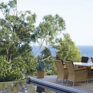 Fotele ogrodowe Brighton marki Cane Line dostępne w klasycznym naturalnym kolorze włókna. Fot. Cane Line.