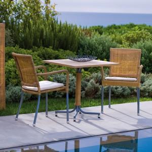 Krzesła ogrodowe Newman marki Cane Line z podłokietnikami w naturalnym kolorze plecionki. Fot. Cane Line.