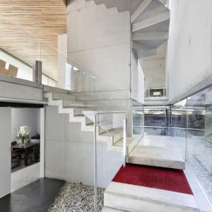 Awangardowy układ schodów to nowoczesny i odświeżający akcent. Fot. Inaki Leite, Dezanove House.