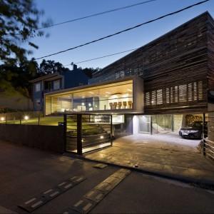 Widok na dom od strony wjazdowej. Fot. Inaki Leite, Dezanove House.