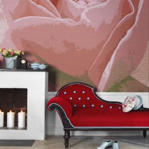 Przeskalowana róża to główny motyw tapety Rose marki Eco Wallpaper. Fot. Eco Wallpaper.