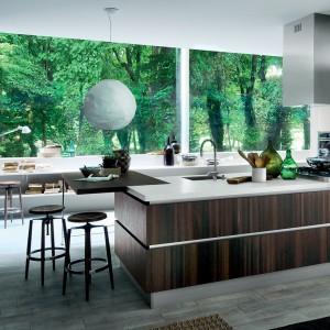 Kuchnia Oyster marki Veneta Cucine zaprojektowana w duchu minimalistycznym. Łączy w sobie blask nowoczesności w lakierowanych na wysoki połysk powierzchniach z duszą tradycyjnego drewna. Fot. Veneta Cucine.