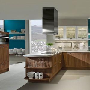 Meble kuchenne Boston Nussbaum marki Häcker prezentują styl rezydencji pozamiejskich najnowszej generacji. Fot. Häcker.