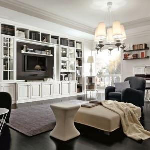 Z klasyczną, białą meblościanką zestawiono czarne, dość nowoczesne fotele. Fot.Martini Mobili.