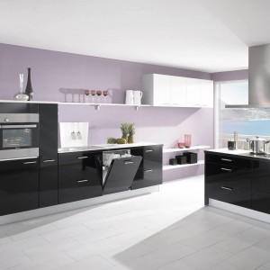 Minimalistyczna kuchnia Primo 642 marki Nobilia, której fronty wykończono w kolorze czarnym o wysokim połysku. Fot. Nobilia.