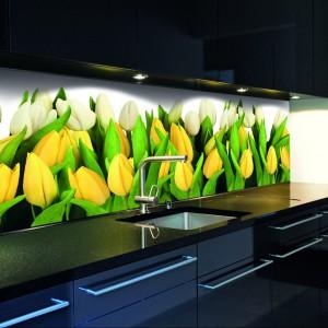 Fototapeta samoprzylepna, matowa z kwiatowy wzorem. Żółte tulipany doskonale czują się na kuchennej ścianie i o każdej porze roku będę wyglądały pięknie, 100 zł/ wym. 100x100 cm, Grafdeco.