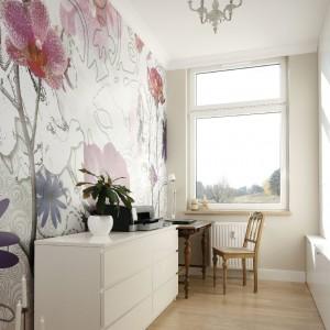 Gabinet jest jasny i słoneczny. Dawkę pozytywnej energii wnoszą tapeta w przeskalowane motywy kwiatowe oraz meble z historią: stół, krzesło i żyrandol. Fot. Bartosz Jarosz.