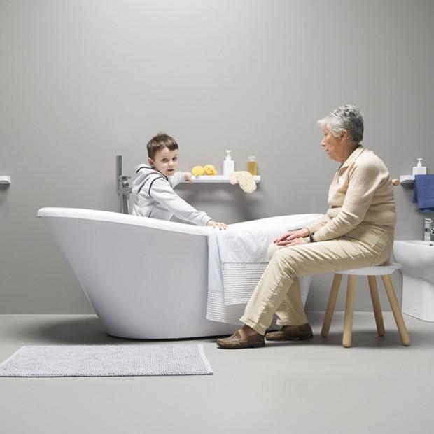 Łazienka z meblem do siedzenia – praktyczny stołek lub wygodny fotel przy wannie