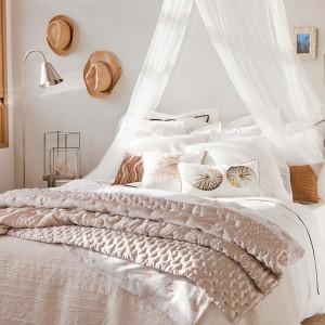 Morskie inspiracje w delikatnym, nietypowym wydaniu. Dekoracyjne poduszki z morskimi motywami mogą stać się ozdobą naszej sypialni. Fot.Zara Home.
