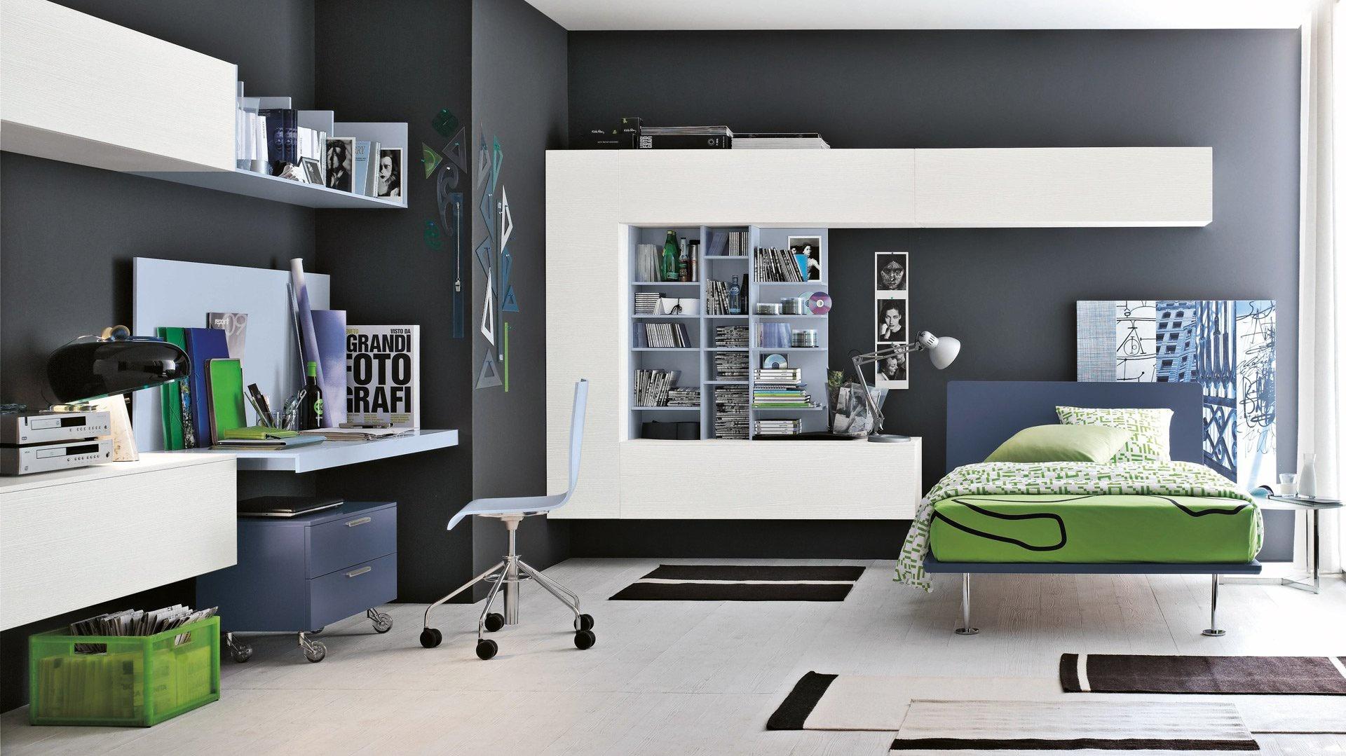 Szare ściany stanowią znakomite tło dla jasnych mebli i zielonych detali. Fot. Tomasella.