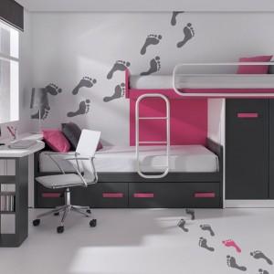Szaro-różowy zestaw mebli w jasnym wnętrzu wygląda dziewczęco i delikatnie. Ciekawym detalem jest dekoracja ścienna w kolorach wyposażenia. Fot. Circulo Muebles.