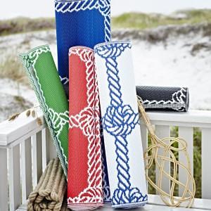 Dywan Lisel tkany na płasko z marynarskim wzorem,nadaje się zarówno do stosowania wewnątrz jak i na zewnątrz pomieszczeń. Fot.Ikea.