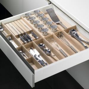 Drewniany wkład na sztućce oraz drobne kuchenne akcesoria. Zapewnia porządek, ale też estetycznie wygląda. Fot. Rational.