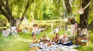 Kraciasty koc, lniany obrus i zapach świeżo skoszonej trawy. Lato na wsi niesie ze sobą niezapomniane smaki dzieciństwa. Teraz możesz mieć je w swoim ogrodzie.<br /><br />