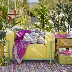 Koc z wełnianej wielobarwnej tkaniny żakardowej, Dywan w linie, Zielony kosz w kształcie sześcianu, Koszyk z zielonym środkiem z oferty marki Zara Home. Fot. Zara Home.