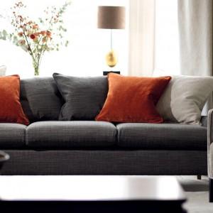 Pomarańczowe poduszki dekoracyjne - najtańszy sposób na odmianę wystroju salonu. Kolekcja Kahlo marki Romo. Fot. Romo.