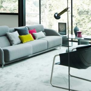 Dzięki kolorowym poduszkom wystrój szarego salonu wydaje się jeszcze bardziej nowoczesny. Fot. Busnelli.