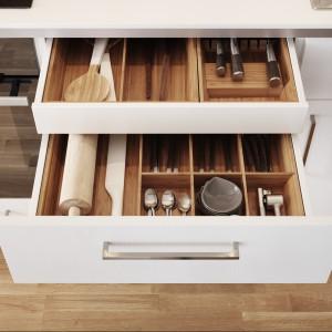 Szafki Råsdal firmy IKEA mają subtelne drewniane wykończenie, które sprawi, że kuchnia zyska bardziej przytulny charakter. Bambusowe pojemniki do szuflad Variera dopasują się idealnie i zamienią miejsce wewnątrz w doskonale zorganizowaną przestrzeń. Fot. IKEA.