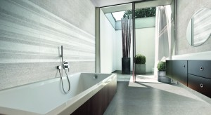 Stonowane szarości, podobnie, jak ponadczasowa biel, są świetnym tłem łazienki. Ściany w takich odcieniach dodają łazience elegancji, na ich tle dobrze prezentują się elementy wyposażenia.