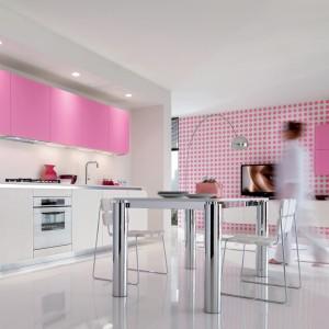 Meble z kolekcji IT-IS to propozycja z oferty firmy Euromobil. W tej kuchni odważne są formy i kolory. Wszystko jednak do siebie idealnie pasuje i niczego nie ma w namiarze. Róż na ścianach i na frontach uspokaja biel, a dodatkowym akcentem jest jeszcze kolor niebieski. Meble dostępne w wielu różnych układach oraz kolorystyce.